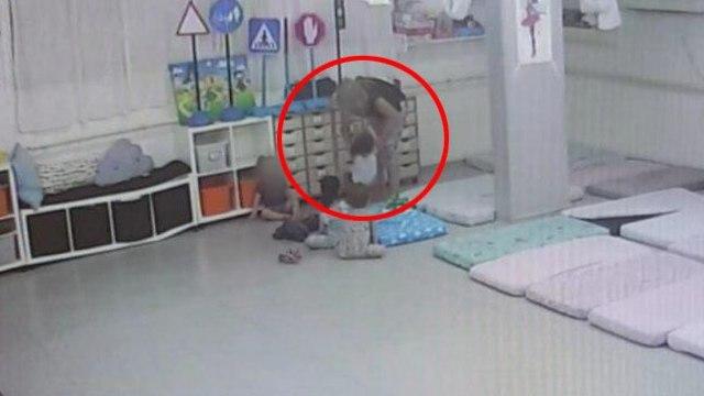 """Кадр записи, сделанной камерой наблюдения в детском саду """"Ган маток"""" в Гиватаиме"""