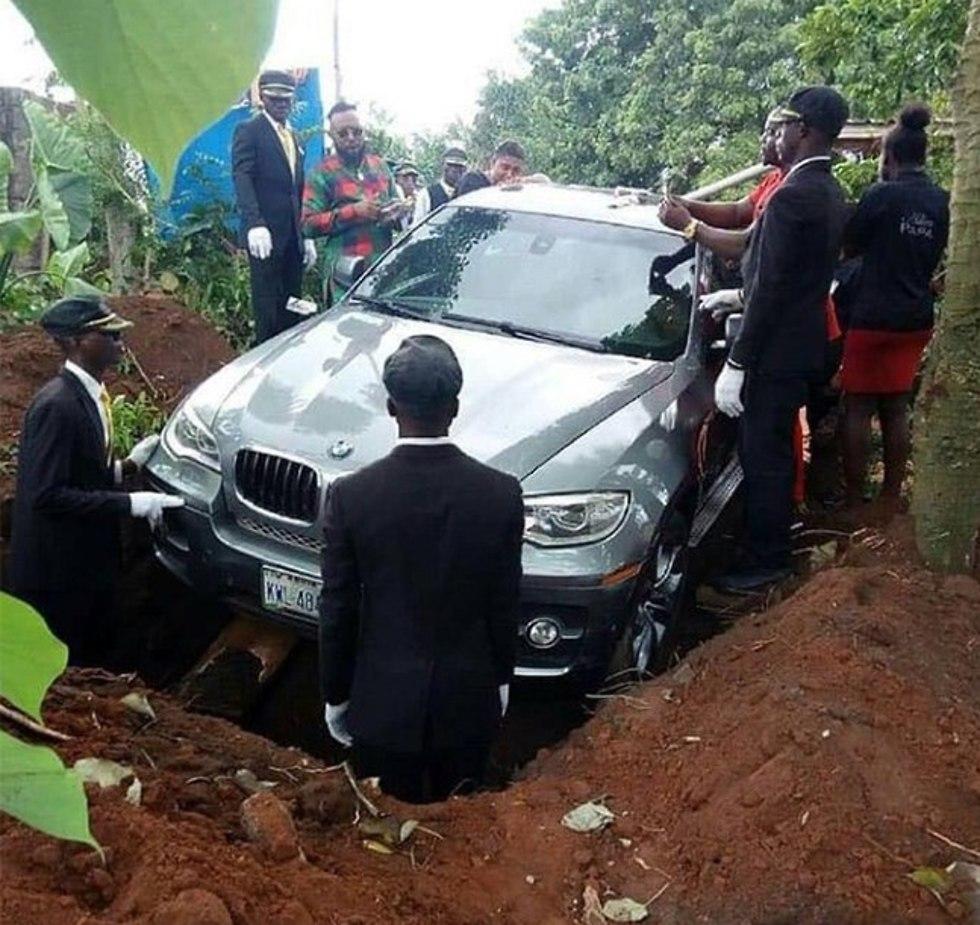 גבר קבר את אביו במכונית יוקרה כפר ב ניגריה ()