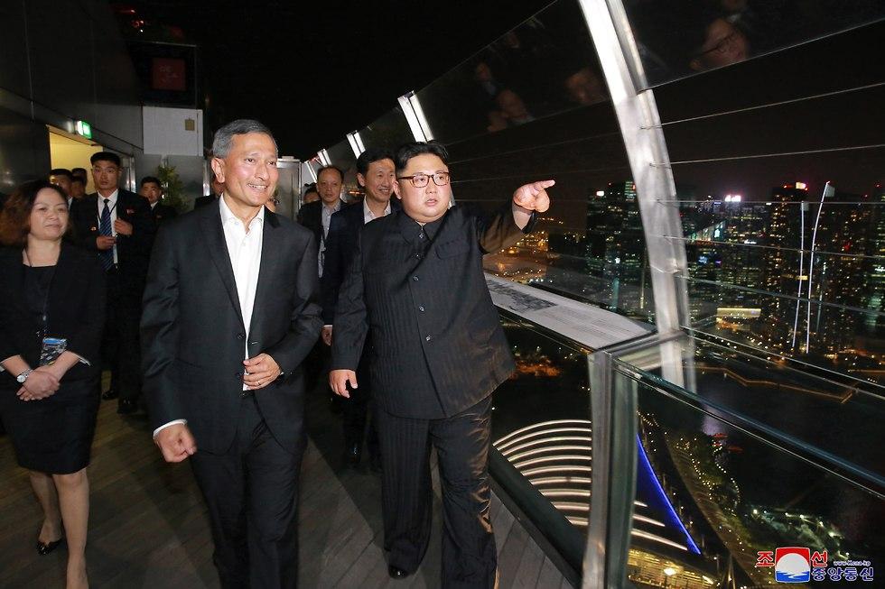 צילום של סוכנות הידיעות הממלכתית של צפון קוריאה, בה נראה קים ג'ונג און בסיור לילי בסינגפור לפני הפסגה ההיסטורית עם נשיא ארצות הברית דונלד טראמפ (צילום: EPA)