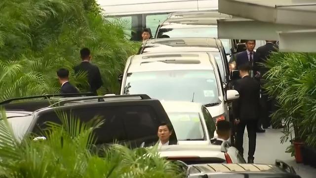 שיירת מכוניות ממתינה מחוץ למלון בסינגפור שבו שוהה דונלד טראמפ לקראת יצאתו למפגש עם קים ג'ונג און (צילום: רויטרס)