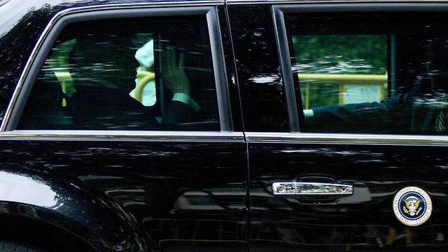 דונלד טראמפ בתוך רכב השרד (צילום: AP)