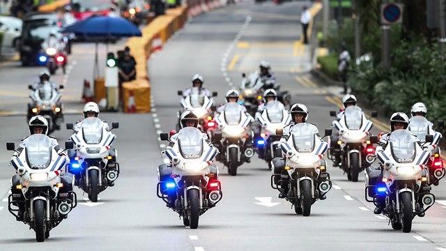 שיירת האופנועים בדרך למלון (צילום: AP)