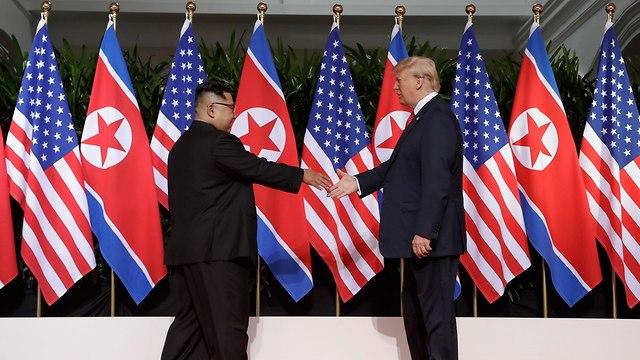 עיתונאים מקומיים מנסים לתפוס את שני המנהיגים במקביל (צילום: AP)
