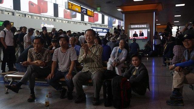 אזרחים צופים במפגש בדרום קוריאה (צילום: EPA)