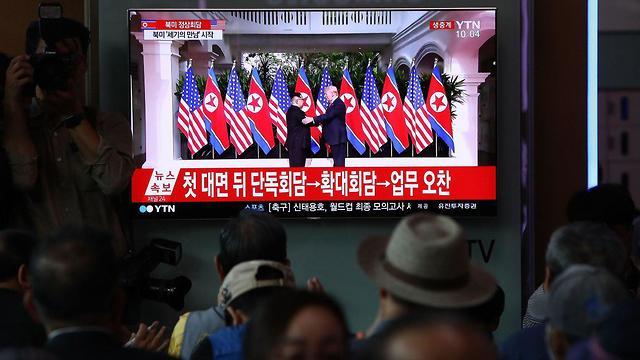 אזרחים צופים במפגש בדרום קוריאה (צילום: Getty Images)