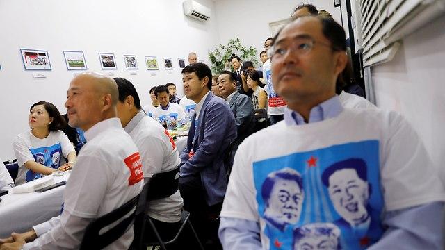 אזרחים צופים במפגש בדרום קוריאה (צילום: רויטרס)