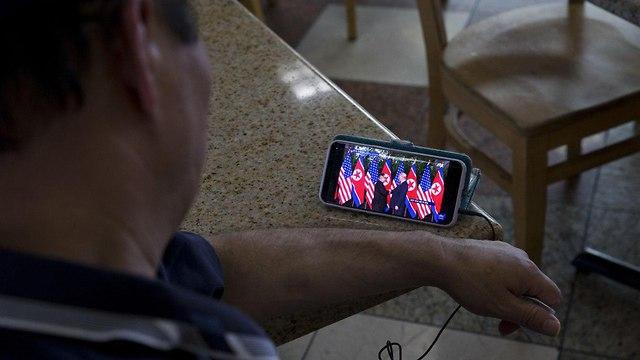 אזרחים צופים במפגש בלוס אנג'לס (צילום: AP)