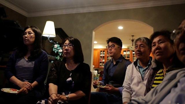 דרום קוריאנים צופים ב טלוויזיה פסגה פגישה קים ג'ונג און דונלד טראמפ דרום קוריאה צפון קוריאה (צילום: רויטרס)