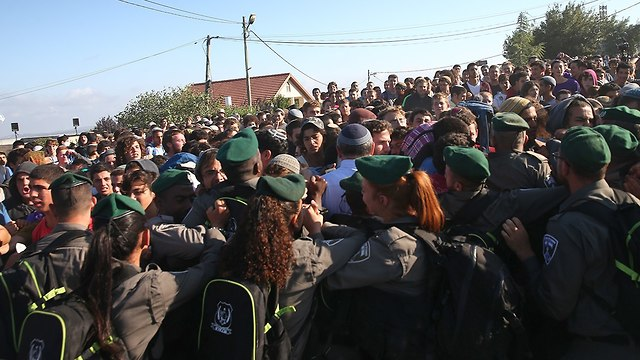 Youths clash with police forces at Netiv Ha'avot, Tuesday morning  (Photo: Ohad Zwigenberg)