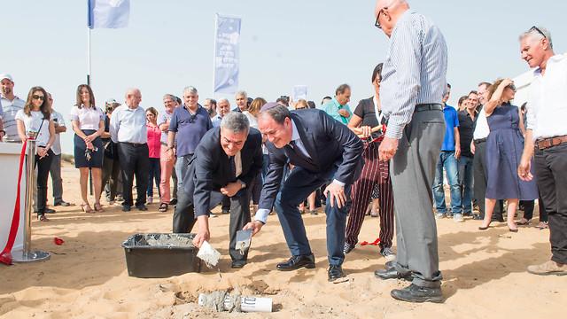 אש עירית אשדוד יחיאל לסרי ונשיא SCE פרופ' יהודה חדד  (צילום: יובל קנר)