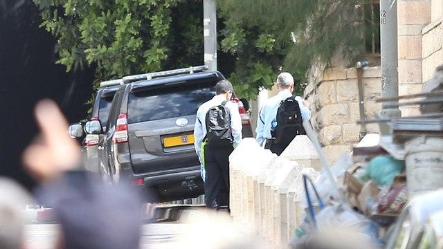 שוטרים חוקרים מגיעים ל בית ראש הממשלה (צילום: אלכס קולומויסקי)