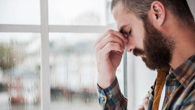 גבר עצוב שקוע במחשבות (צילום: Shutterstock)