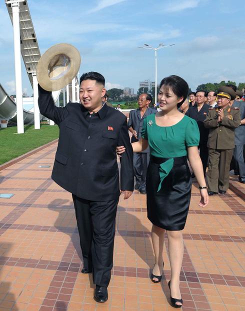 הנשק החם של צפון קוריאה: חליפות הפסטל ותיקי השאנל של אשת הרודן. לחצו על התמונה לכתבה המלאה (צילום: AP)