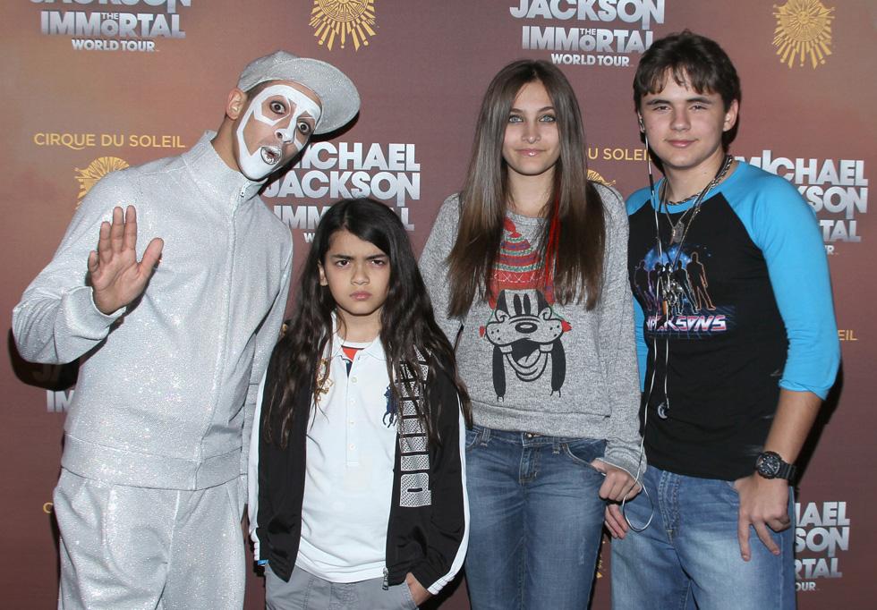 """שלושת ילדיו של מייקל ג'קסון כפי שצולמו ב-2012 (פריס שנייה מימין). """"אל תעשו את מה שאני עשיתי"""" (צילום: Mark Davis/Gettyimages)"""