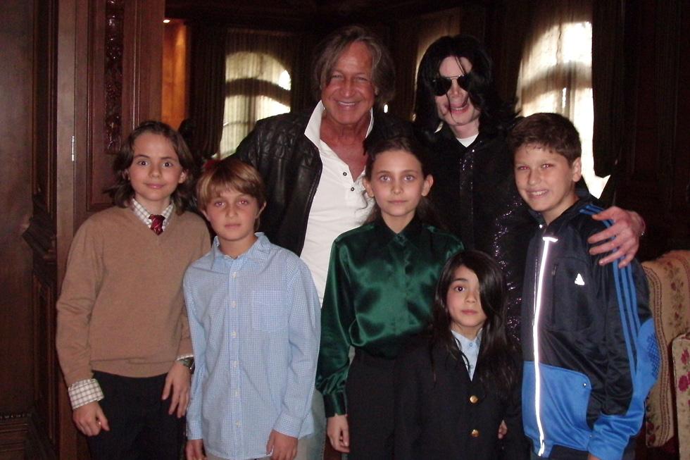 """נובמבר 2008: פריס ג'קסון (במרכז, בחולצה ירוקה) עם אביה מייקל ושני אחיה ועם טייקון הנדל""""ן מוחמד חדיד וילדיו (צילום: GettyimagesIL)"""