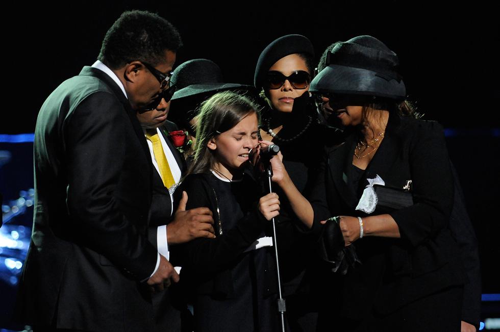 """יולי 2009: פריס ג'קסון (במרכז) בטקס האשכבה לאביה. """"האבא הטוב ביותר שאתם יכולים לדמיין"""" (צילום: GettyimagesIL)"""