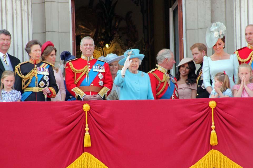 На официальном фото обнаженные плечи Меган прикрыты двумя принцами. Фото: shutterstock