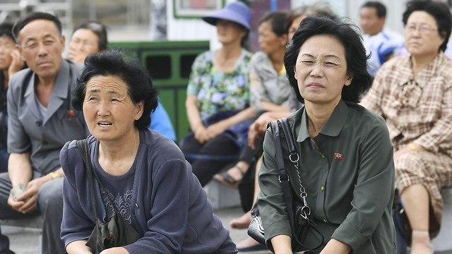צפון קוריאניות צופות בדיווח על מפגש הפסגה בסינגפור על מסך ב פיונגיאנג (צילום: רויטרס)