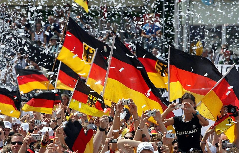 אוהדי נבחרת גרמניה מניפים דגלים במונדיאל 2006 (צילום: getty images)