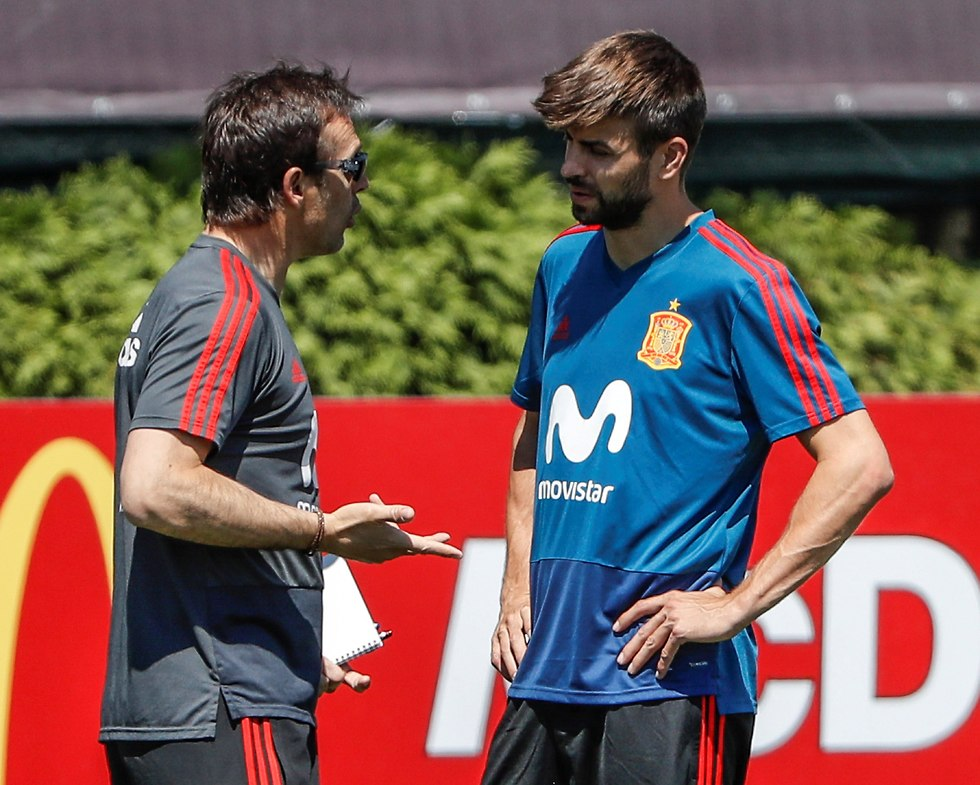 פיקה ולופטגי מדברים באימון ספרד (צילום: EPA)