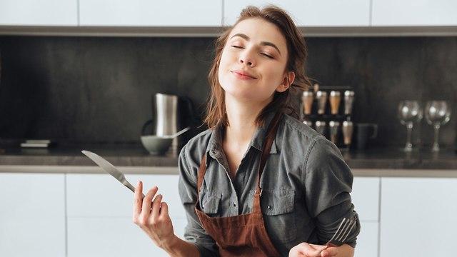 אישה אוכלת (צילום: shutterstock)