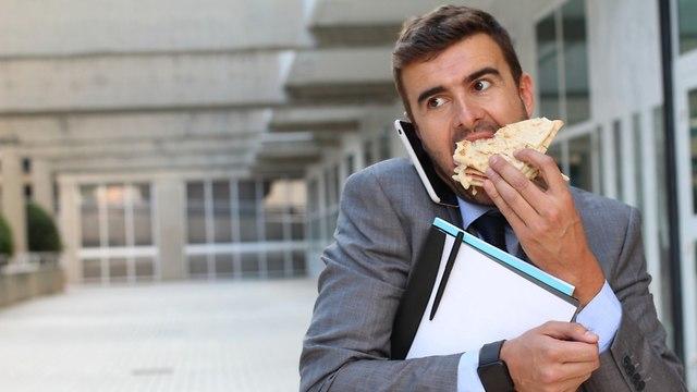 גבר אוכל כריך תוך כדי הליכה (צילום: shutterstock)