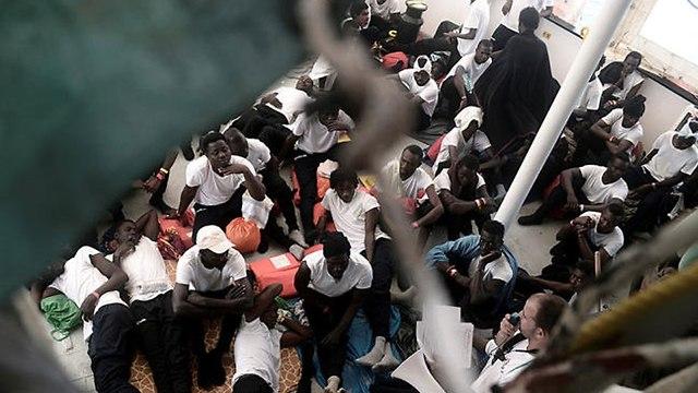 מהגרים על סיפון הספינה אקווריוס בדרך מ איטליה ל ספרד (צילום: רויטרס)