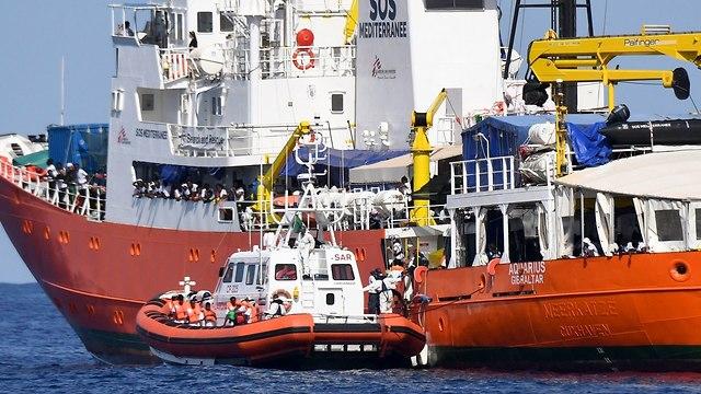 מהגרים על סיפון הספינה אקווריוס בדרך מ איטליה ל ספרד (צילום: AP)