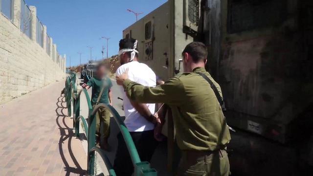 מעצר המחבל איסלאם יוסף אבו חמיד שהרג את לוחם היחידה, סמ״ר רונן לוברסקי ז״ל, במחנה הפליטים ״אל עמרי״. (צילום: דובר צה