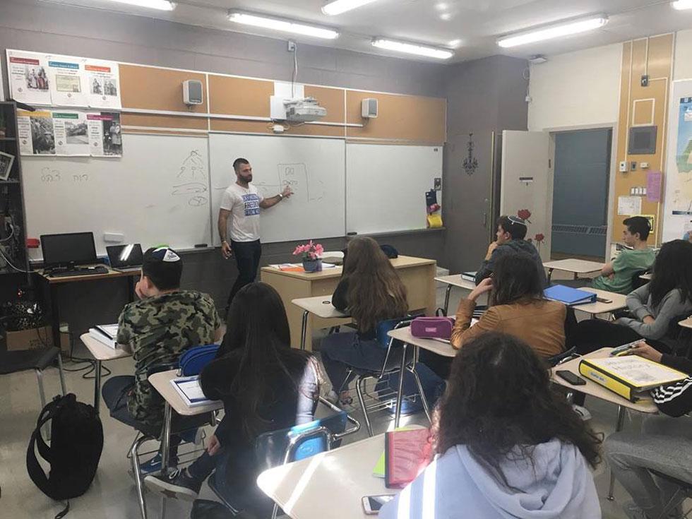"""בהרצאה מול תלמידי תיכון בטורונטו. """"יש אנשים שלא רוצים לשתף תכנים פרו-ישראליים מובהקים ולשלם על כך מחיר חברתי""""  (צילום: מתוך אלבום פרטי)"""