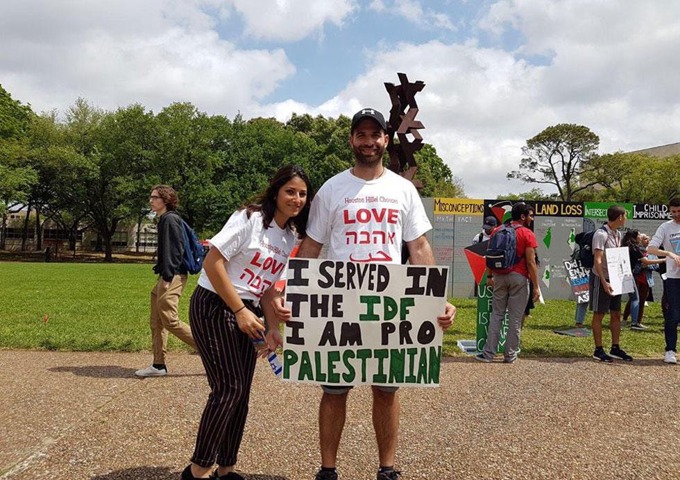 לייב ומאיה גלעדי ביוסטון, טקסס. השלט שהוא מחזיק מעביר מסר מבלבל כדי לעורר סקרנות, בדיוק כמו הסרטון שלו (צילום: מתוך אלבום פרטי)