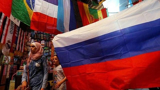 דגלים של הנבחרות המשתתפות ב מונדיאל העיר העתיקה דמשק סוריה (צילום: AFP)