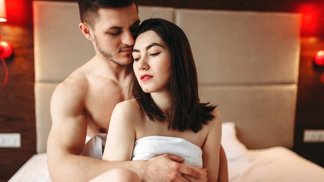 זוג במיטה אחרי סקס (צילום: Shutterstock)