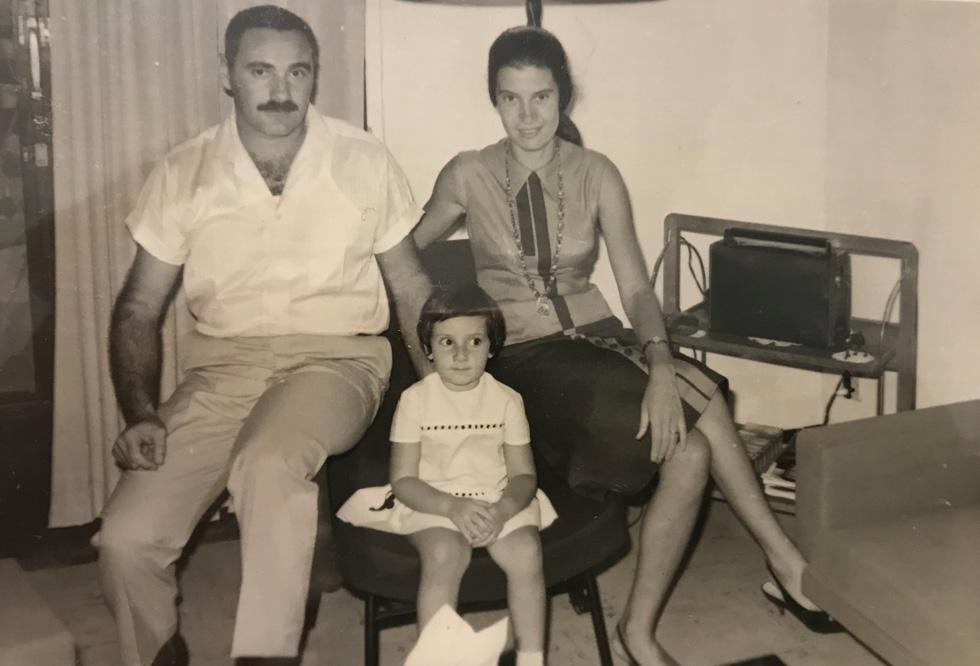 """עם ההורים, נועה ויהודה. """"המדינה עמדה תמיד במקום הראשון, הרבה פעמים על חשבון חיי המשפחה"""" (צילום: אלבום פרטי)"""