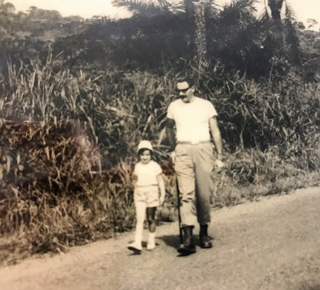 """נירית ברכה-מאור בילדותה באפריקה, עם אביה יהודה. """"שממה והרבה חול"""" (צילום: אלבום פרטי)"""