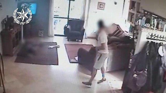 גנב ניצל את העובדה שדלת הבית הושארה לא נעולה וגנב כסף בזמן שבסלון ילד בן 8 צפה בטלוויזיה (צילום: דוברות המשטרה)
