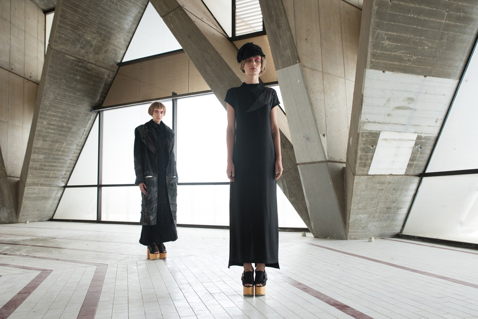 הסטודנטית דנה קריב הפכה את הדגם האמנותי שהיה עשוי מטלאים שנתפרו בשכבות, לשמלת מקסי עם תיפור שבור המדמה צווארון (צילום: גיא נחום לוי)