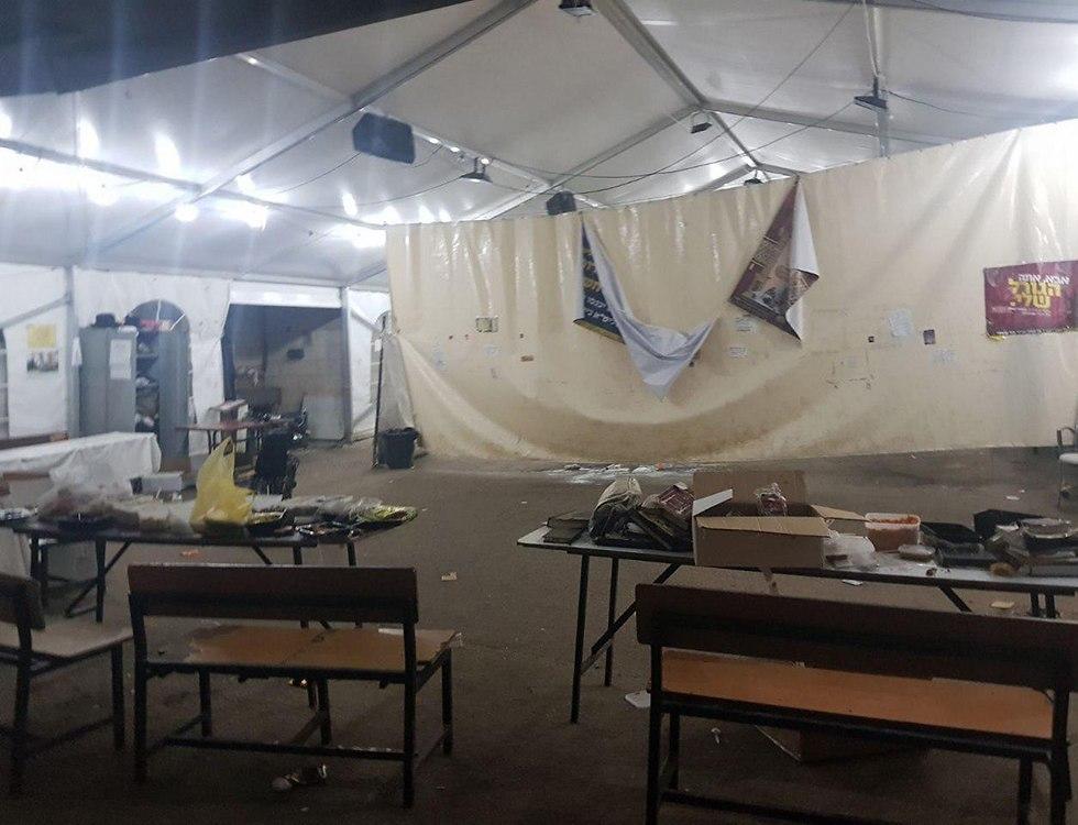 אוהל ששימש מתפללים מחוץ לבית הרב ברלנד והפך למזבלה ()