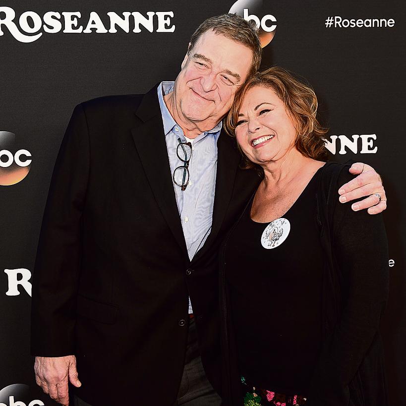 עם ג'ון גודמן,  המשחק את בעלה בסדרה. חזר לחיים  לכבוד הגרסה  המחודשת