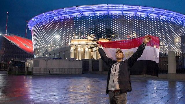 אוהד כדורגל מצרי ליד איצטדיון ב יקטרינבורג רוסיה (צילום: EPA)