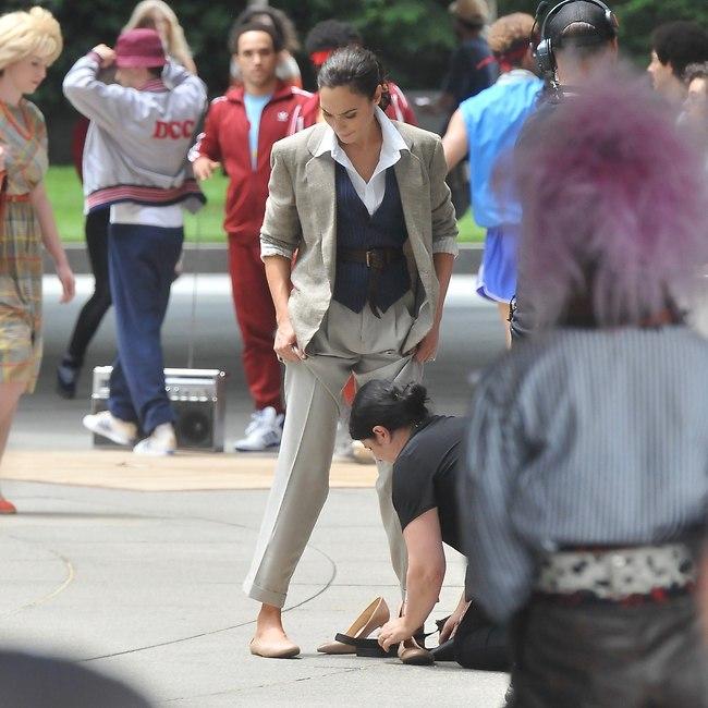 אלו הסטנדרטים בהוליווד. מישהו שנועל לגל את הנעל על הסט (צילום: Mega)