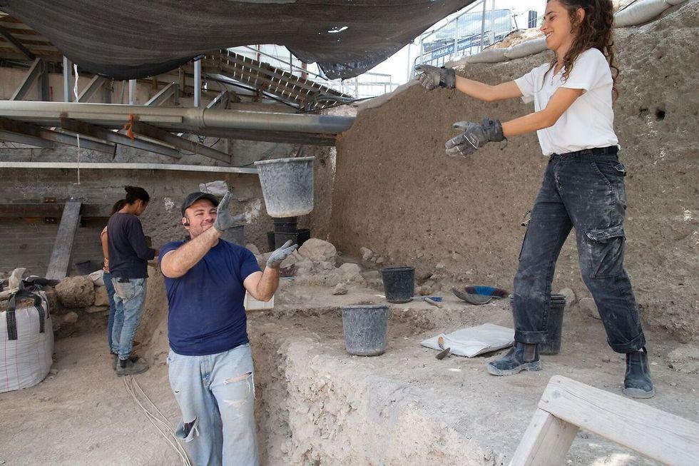 חופרים בחניון גבעתי  (צילום: אליהו ינאי, ארכיון עיר דוד )