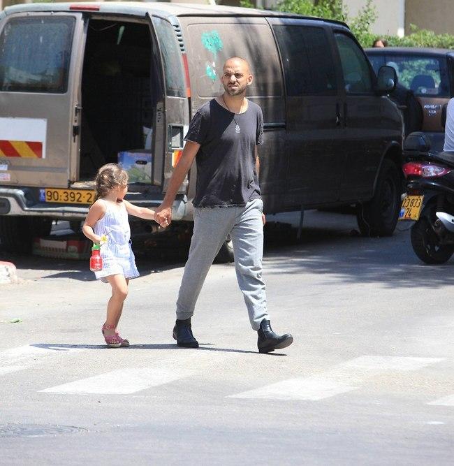 עם אבא יד ביד. עידן רייכל והבת (צילום: מוטי לבטון)