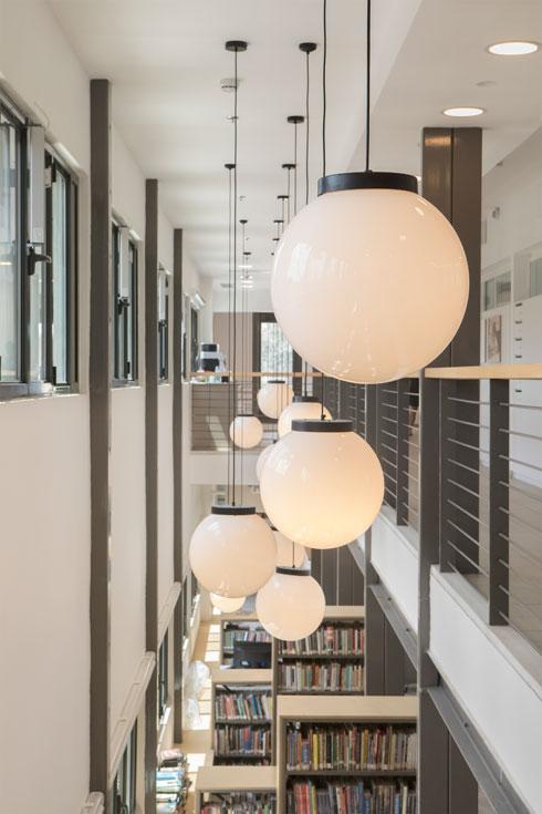 גופי תאורה כדוריים מעל הספרייה הגבוהה (צילום: עמרי טלמור)