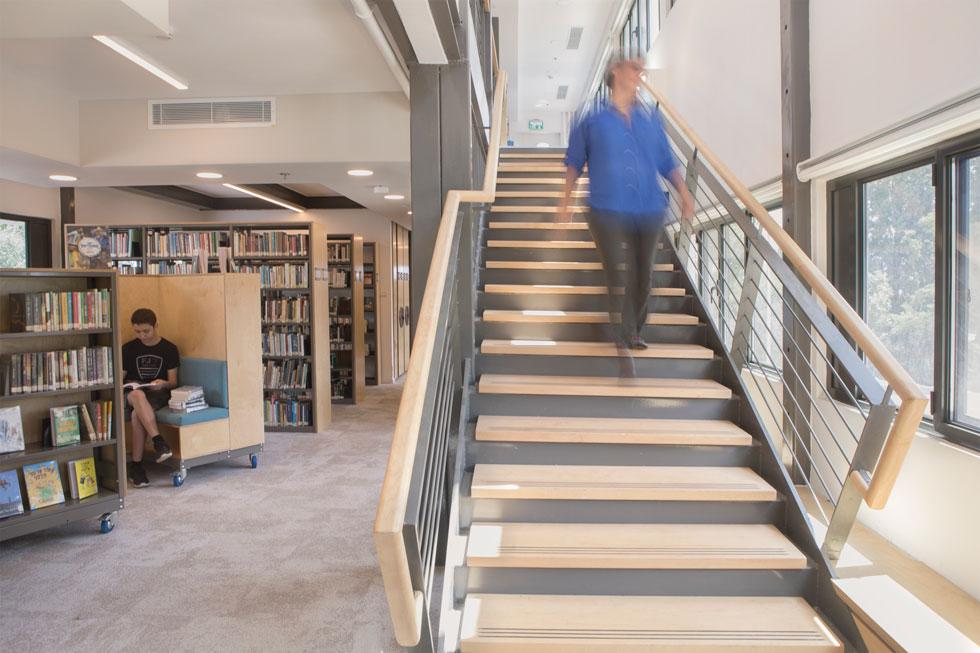האדריכלית ליברטי-שלו יורדת במדרגות לספרייה. עכשיו יש גם מעלית (צילום: עמרי טלמור)
