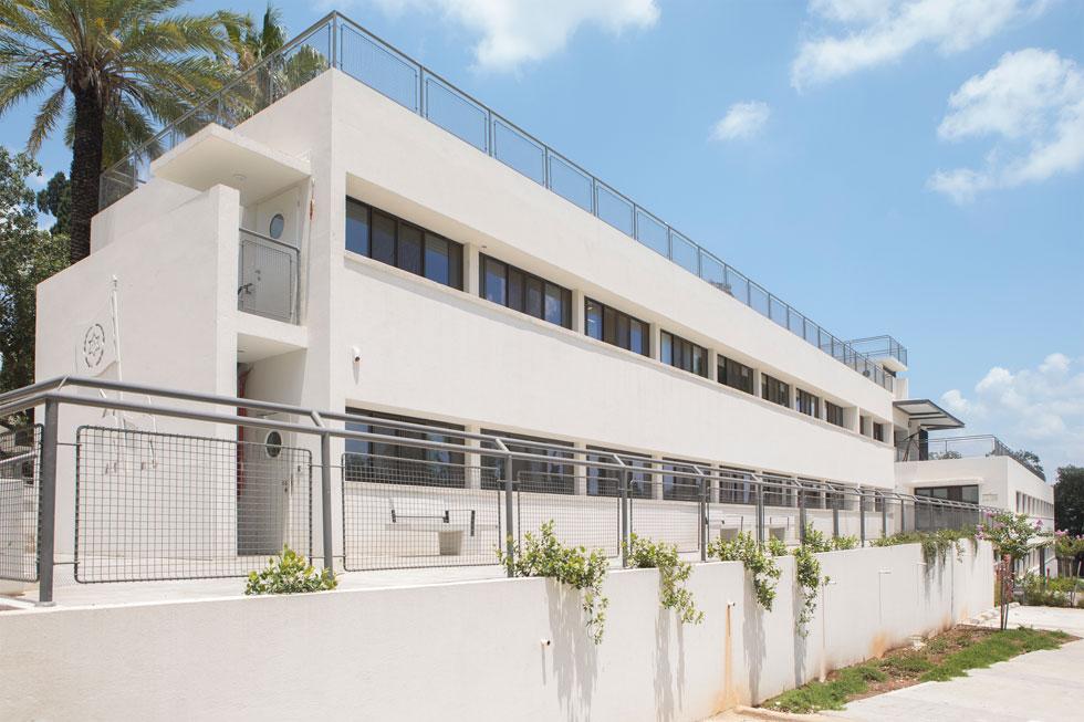 המבנה מתוכנן לפי מודול (מערכת מידות) קבוע, כשבלבו מסדרון אורכי הפונה דרומה. פתחי החלונות נועדו לספק פתרון אקלימי, בתקופה שבה לא היו מזגנים (צילום: עמרי טלמור)