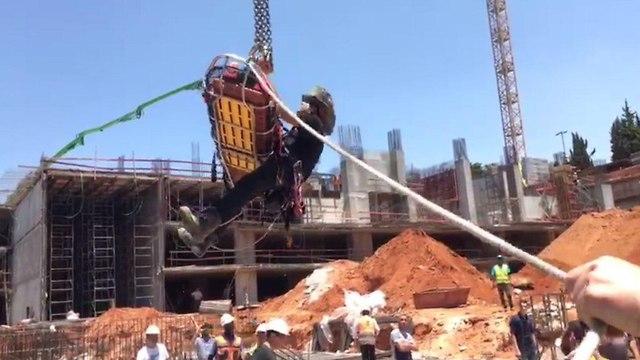 יו טיוב: חילוץ פועל באתר בנייה (צילום: דוברות כבאות והצלה)