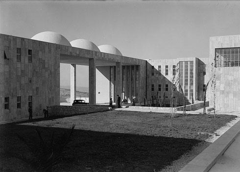 נויפלד היה איש הסגנון הבינלאומי והתמחה אצל אריך מנדלסון, מי שתכנן את ''הדסה'' הר הצופים שבתצלום. לימים יתכנן נויפלד את ''הדסה'' עין כרם (צילום: (Library of Congress, Prints & Photographs Division, (LC-DIG-matpc-04332 )