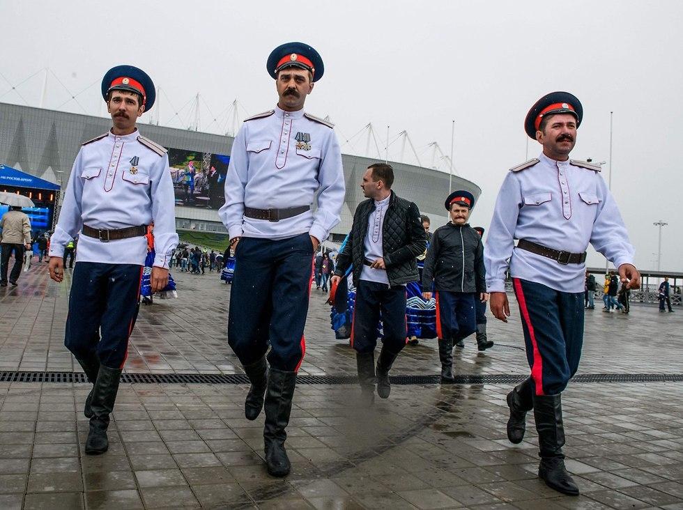 קוזאקים מאבטחים את אירוע המונדיאל (צילום: AFP)