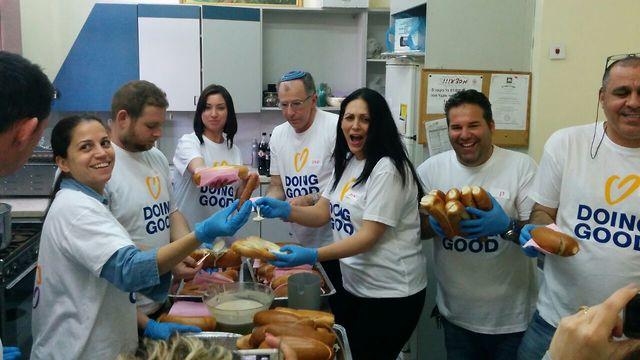 מתנדבים אורזים מזון לנזקקים  (  )